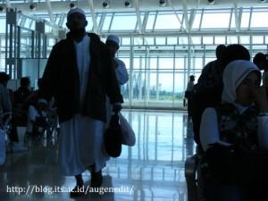 Penumpang di gate terminal